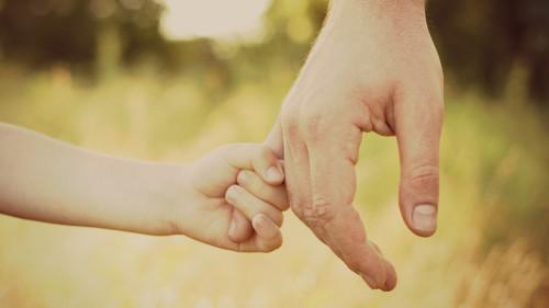 Memegang Tangan Bapa