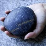 Menggenggam Batu